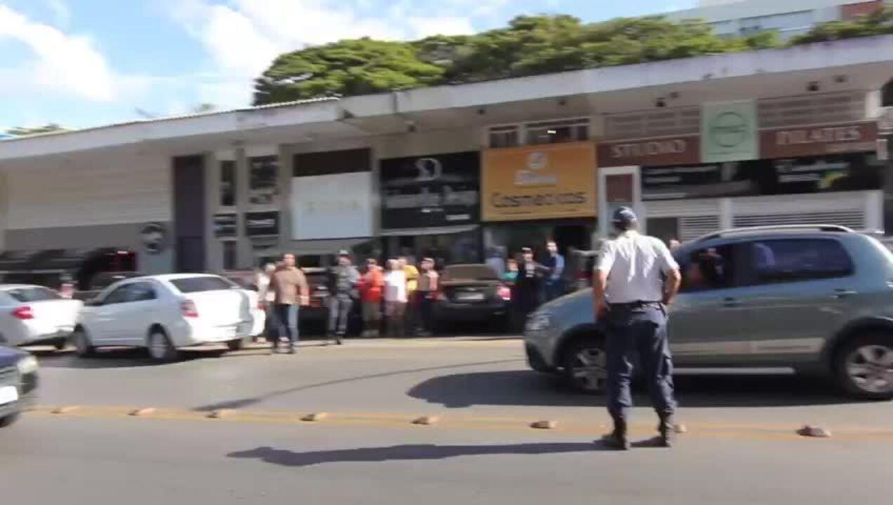 Após confusão em fila, motorista foge batendo em outros carros no DF