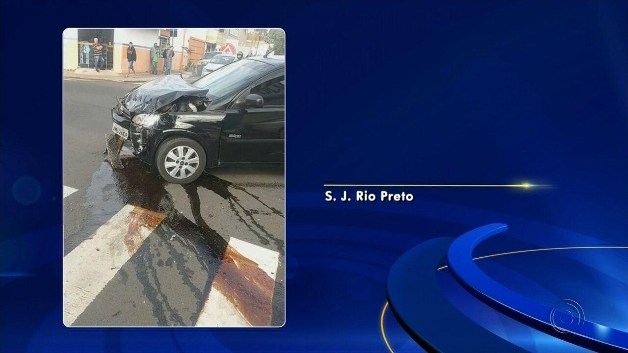 Circuito de segurança registra colisão de carros no Centro de Rio Preto