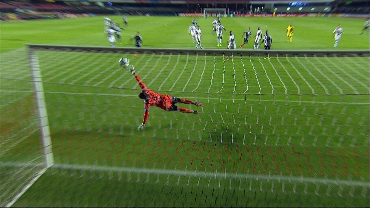 Gol do Botafogo! Léo Valencia acerta um lindo chute na gaveta, aos 15' do 1º tempo