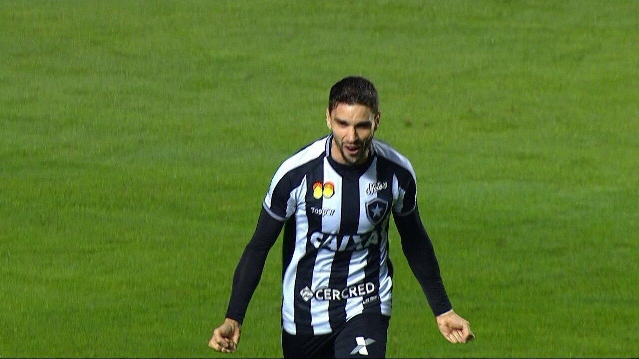 Gol do Botafogo! Léo Valencia cruza na medida para Pimpão marcar, aos 37' do 2ºT