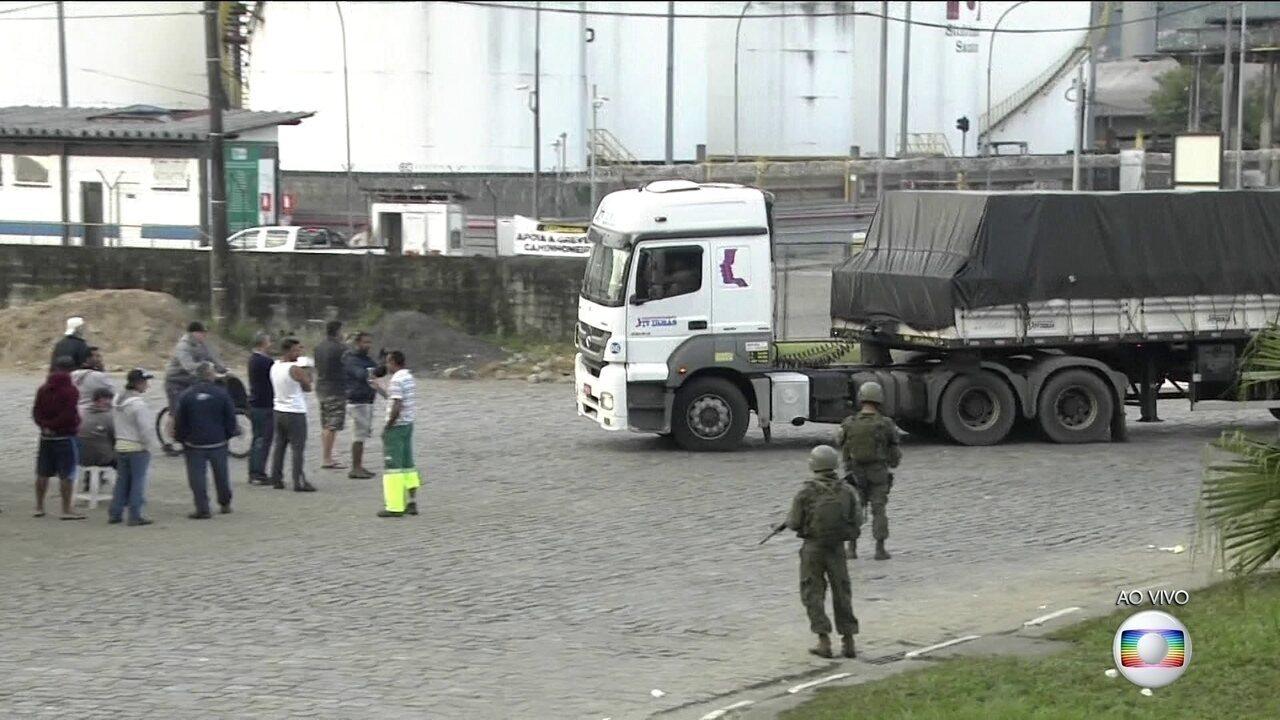 Forças Armadas escoltam caminhões que deixam Porto de Santos