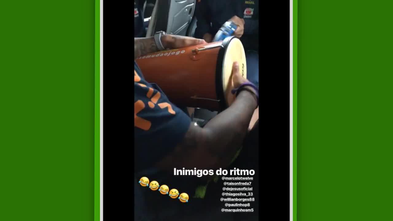Jogadores do Brasil se divertem em ônibus com animado pagode