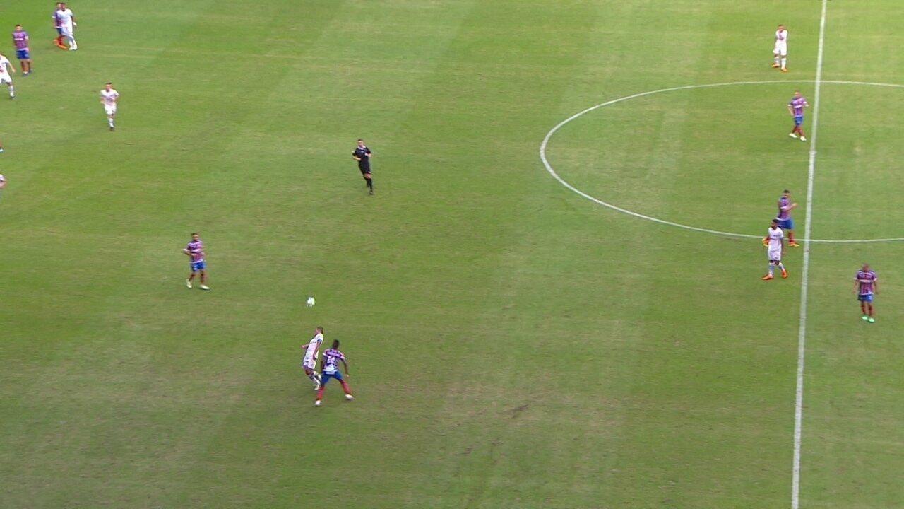 Léo recebe bola no alto e aplica chapéu em Ramiro, aos 37 do 1º tempo