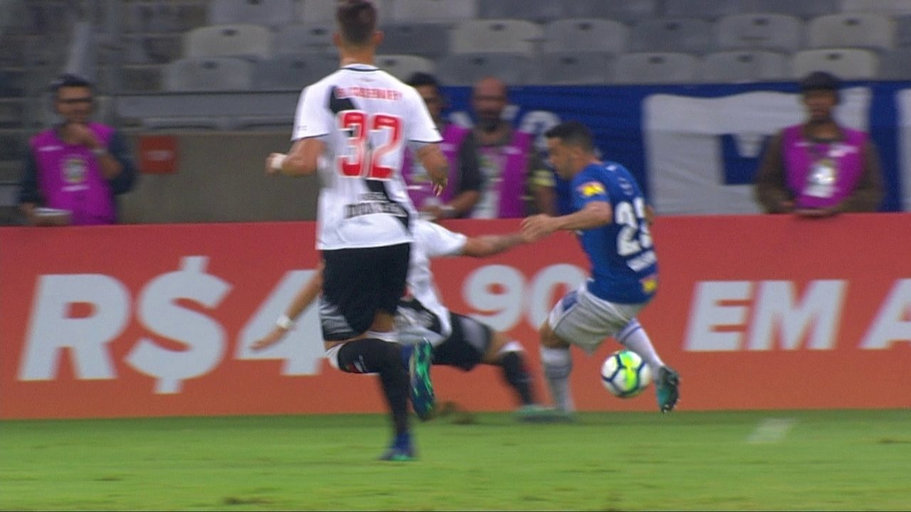 Edílson é derrubado por Desábato na áea, mas árbitro não dá pênalti aos 19 do 1º tempo  - 6791976 - Após pênaltis não marcados, Cruzeiro programa ida à CBF para reclamar