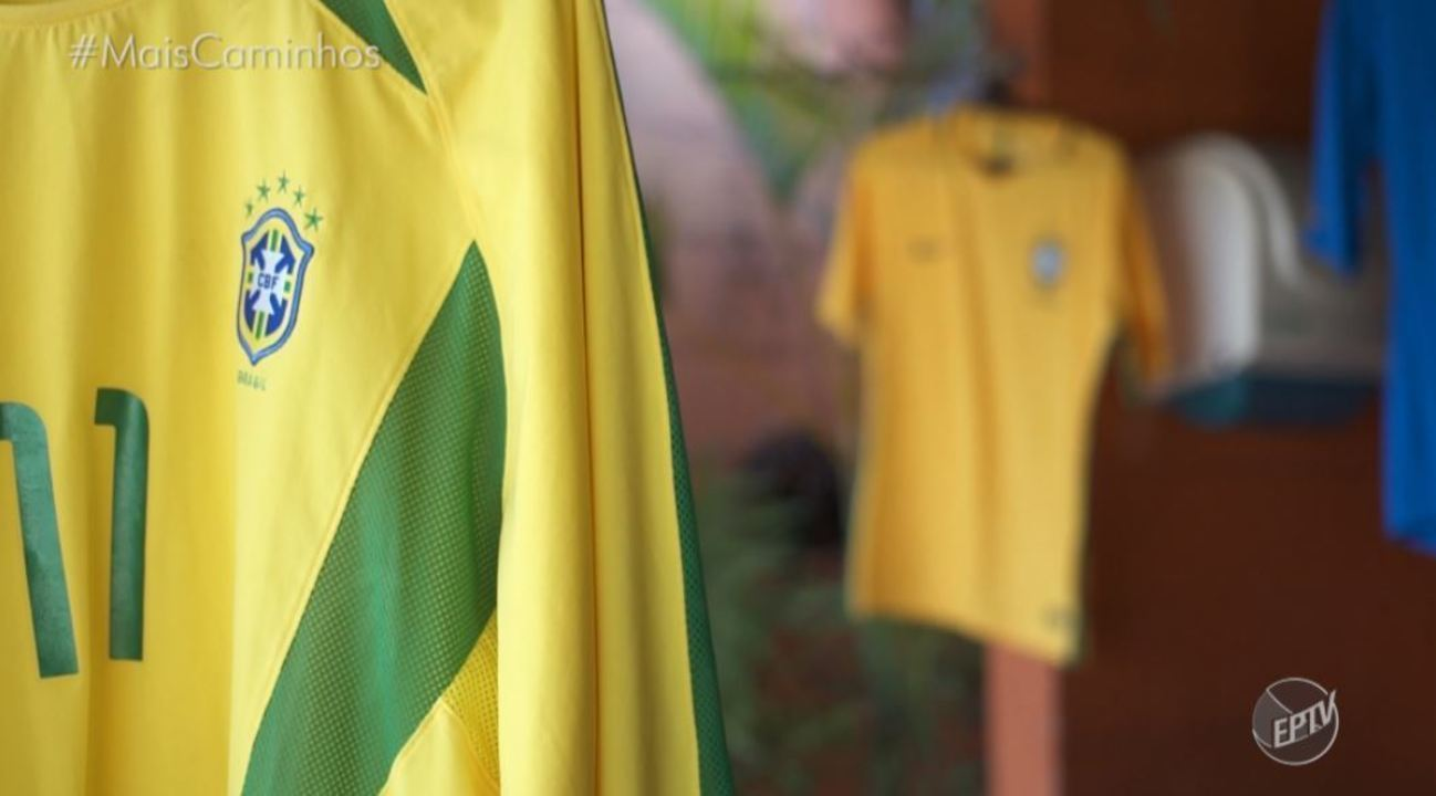 Colecionador reúne quase duas mil camisas de futebol.