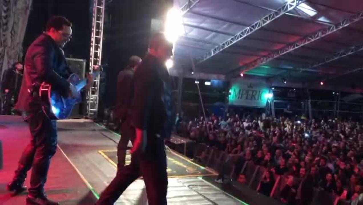 Raça Negra convida o público para dançar na Festa Junina de Votorantim