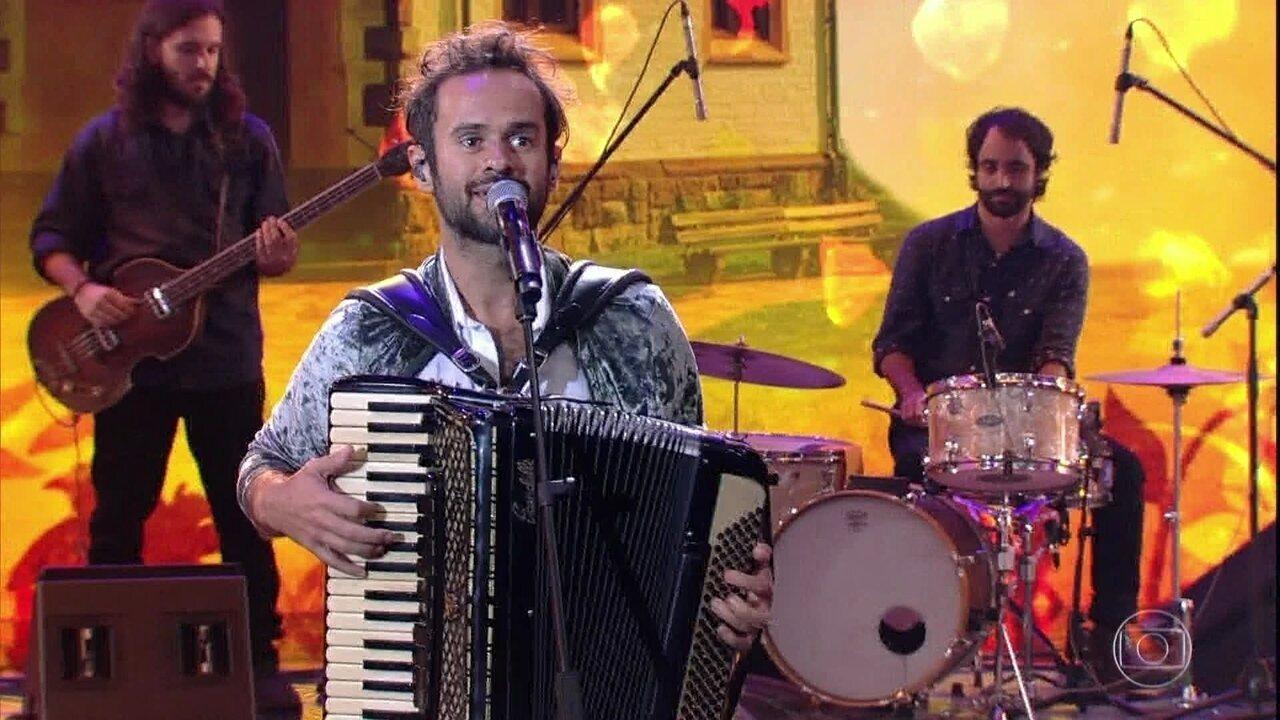 Marcelo Jeneci canta