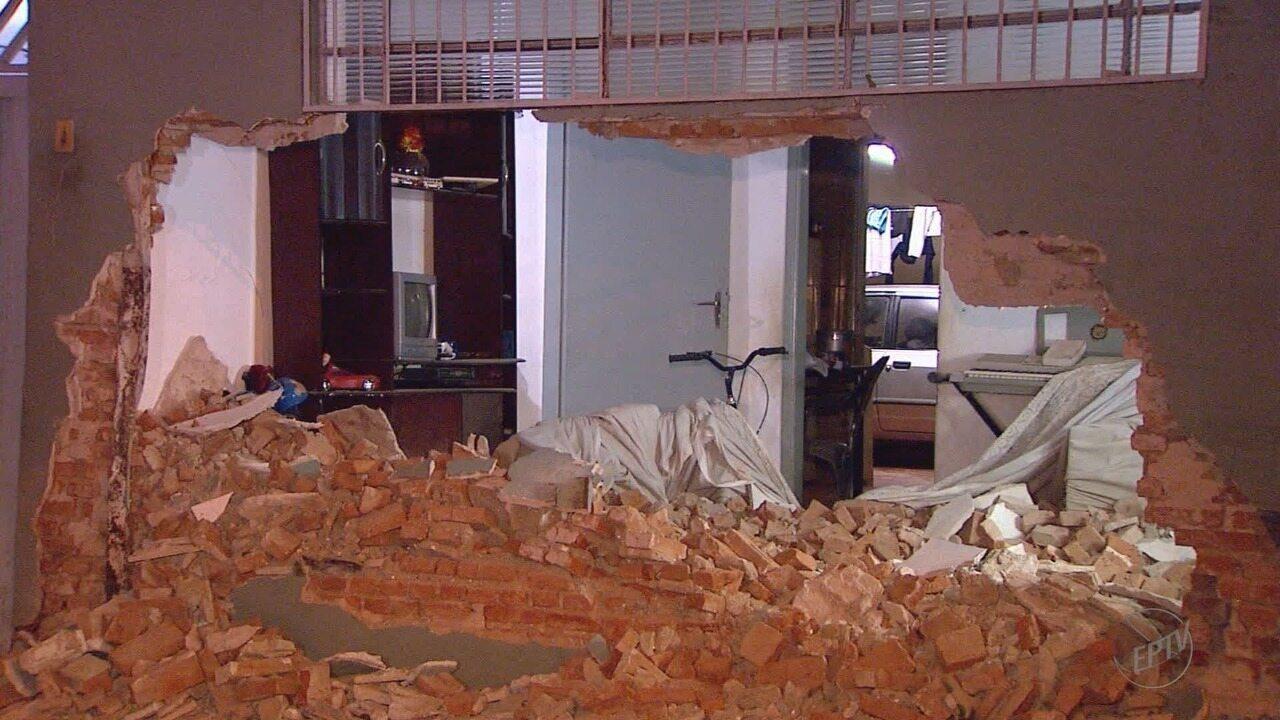 Ladrões batem carro na casa de moradora após perseguição da polícia em Ribeirão