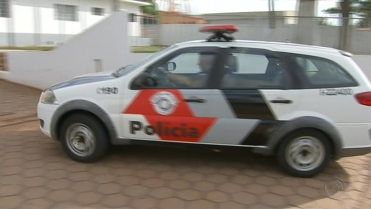 Motorista com carro furtado tenta fugir de policiais e acaba entrando em prédio da PM