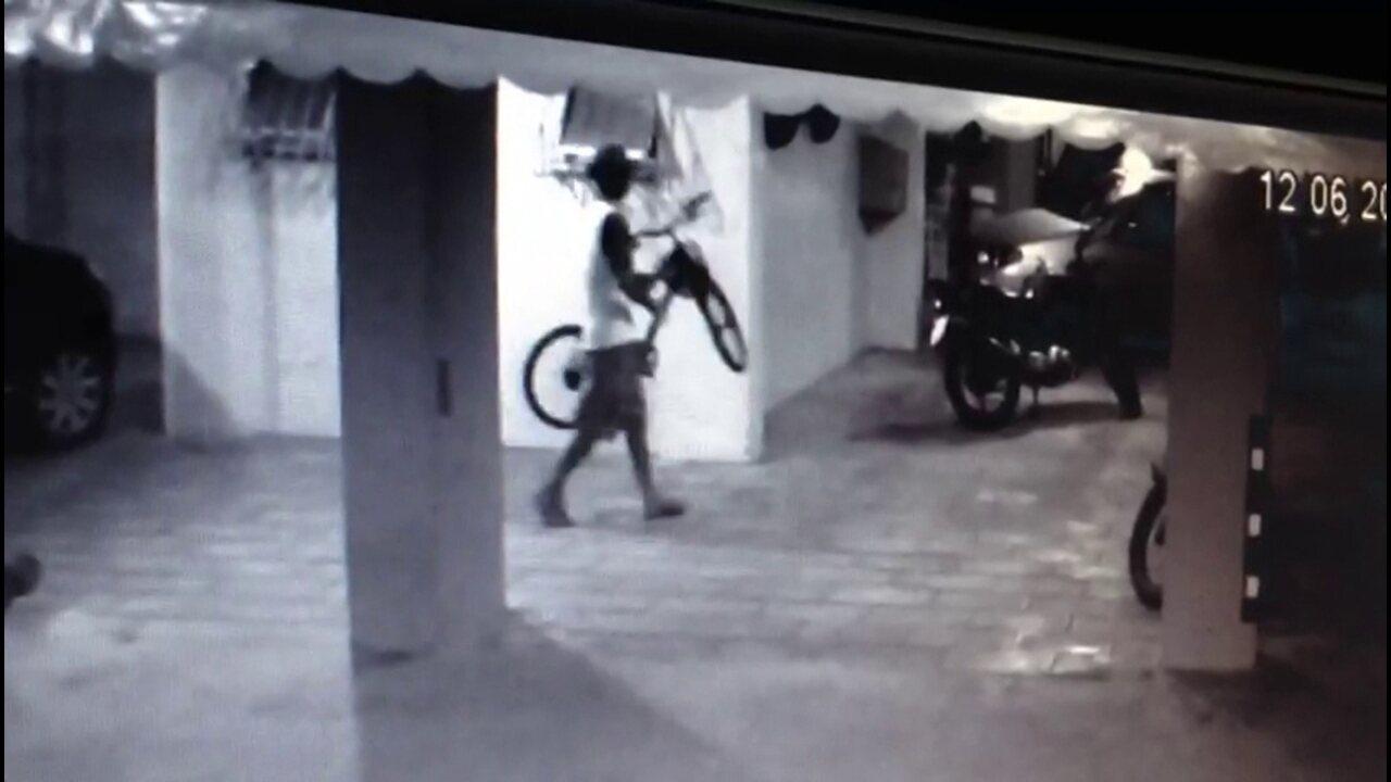 Dupla rouba TV e bicicleta de prédio em Jaboatão dos Guararapes