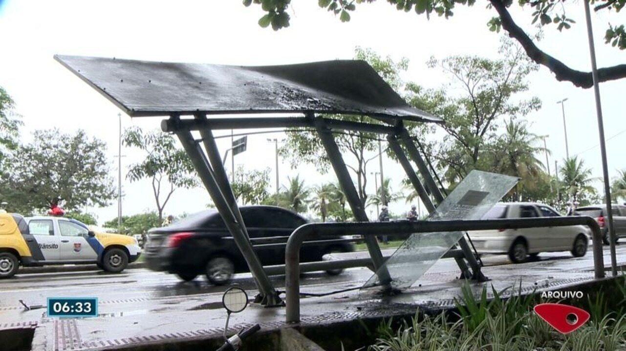 Após acidente, rua está há 7 meses sem abrigo para ônibus em Vitória