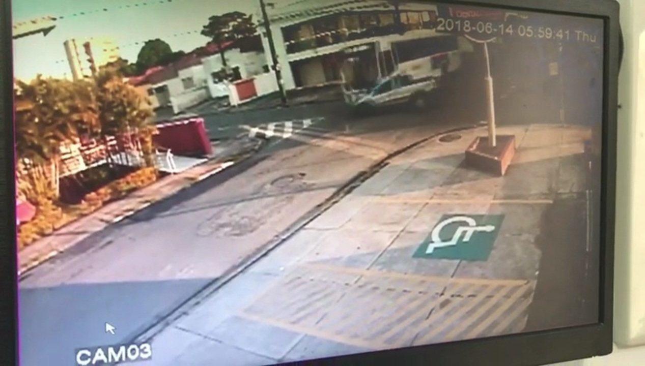 Vídeo de câmera de segurança mostra acidente entre ônibus e carro com camarão