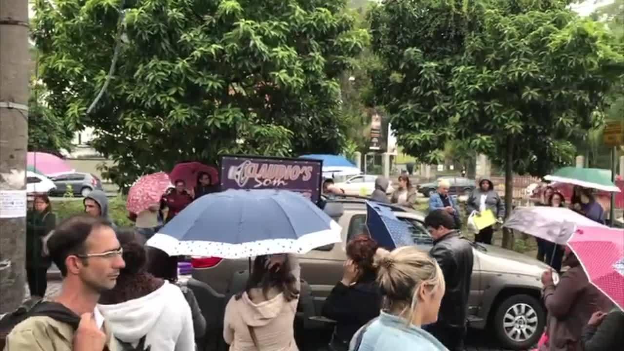 Rua no Centro de Petrópolis, RJ, é fechada por professores nesta quinta-feira (14)
