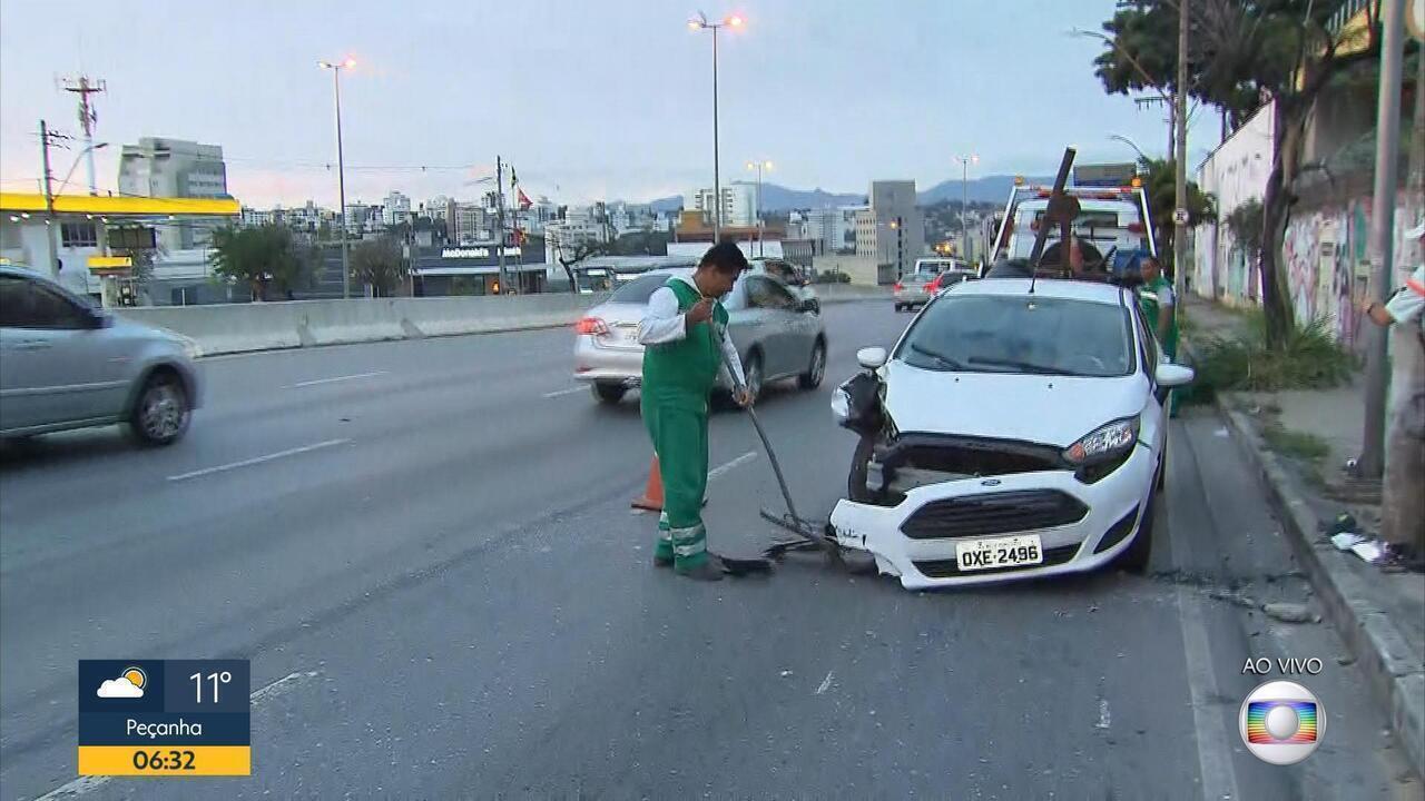 Motorista bate em poste e se recusa a fazer teste do bafômetro em BH
