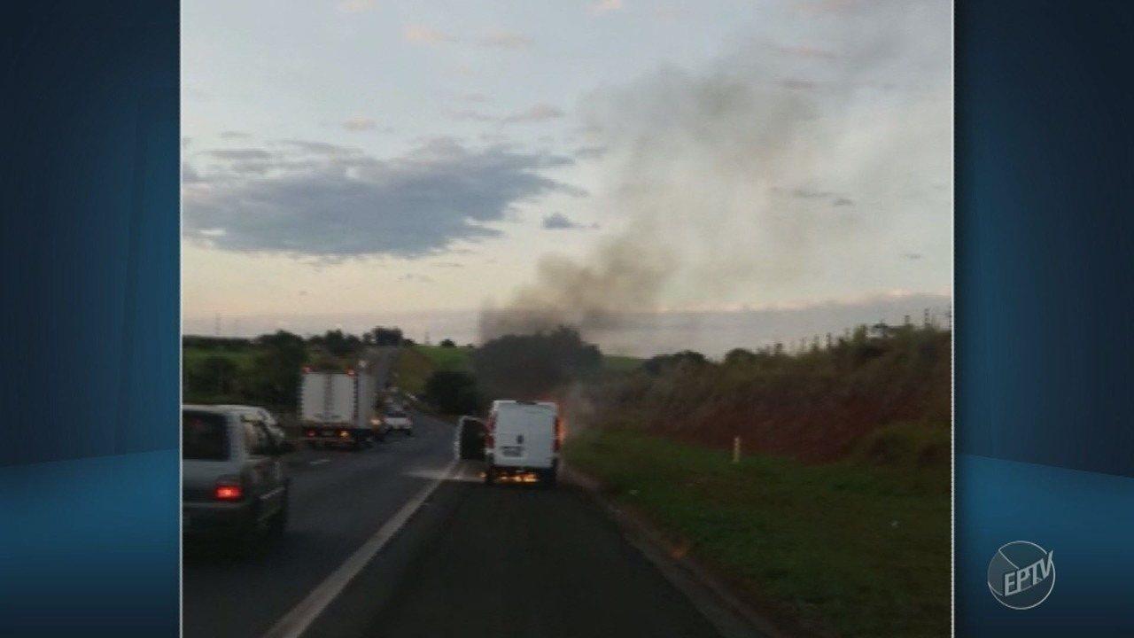 Carro pega fogo na Rodovia Zeferino Vaz, em Cosmópolis