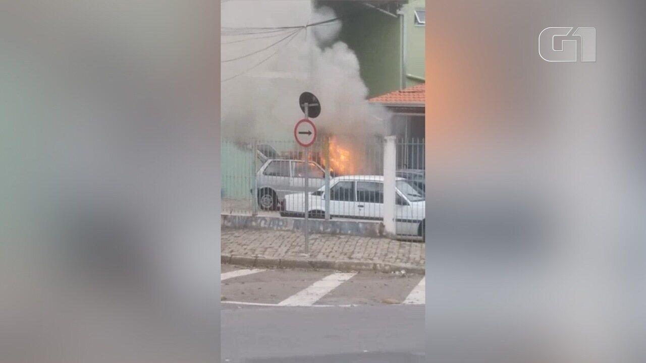 Carro pega fogo no estacionamento de prédio em São José