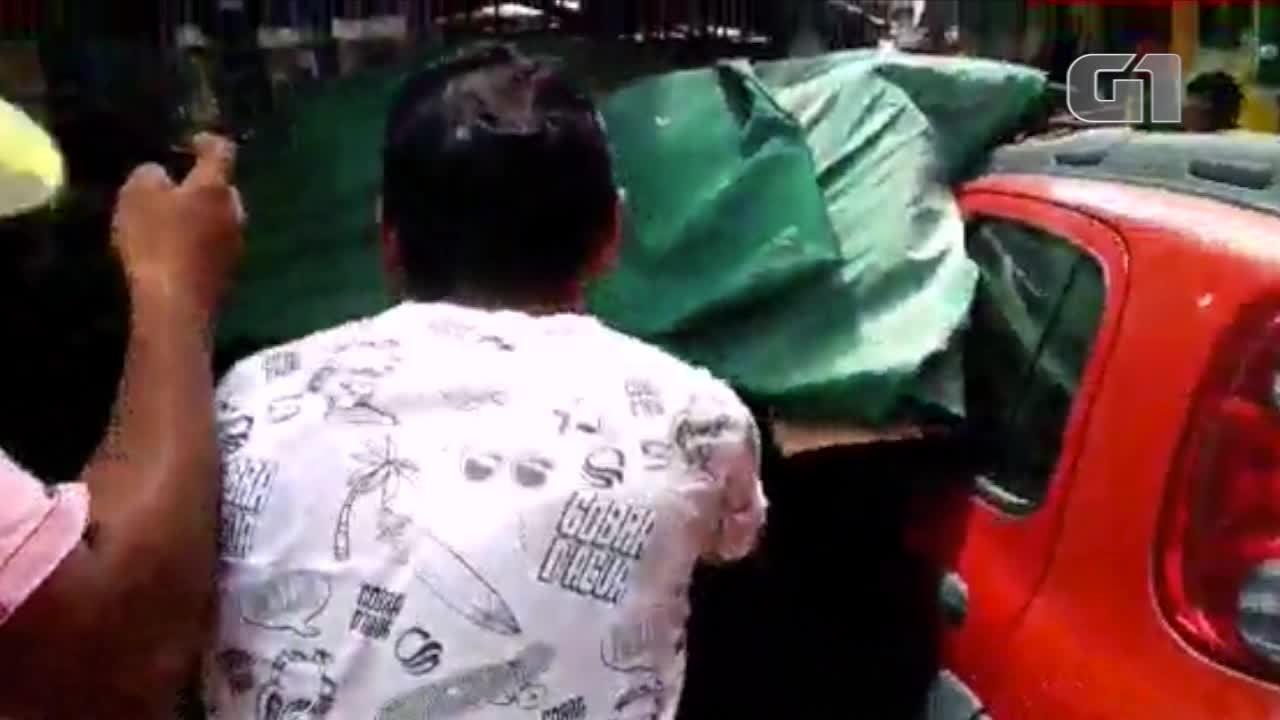 Carro invade calçadão e derruba barracas em Parnaíba