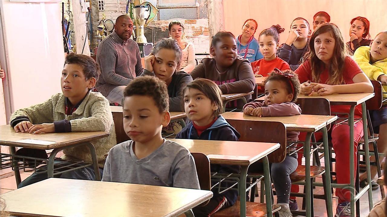 Voluntários de reúnem todos os sábados para atender crianças em Rio Grande