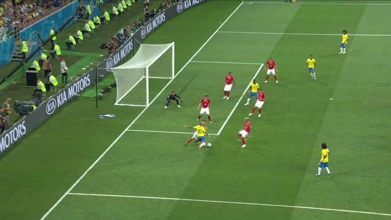 Coutinho chuta duas vezes, bola bate na zaga e Neymar quase faz no rebote aos 11 do 2º