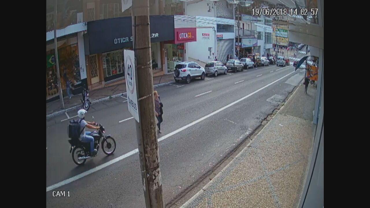 Idosa é atropelada por moto em avenida de São Carlos, SP