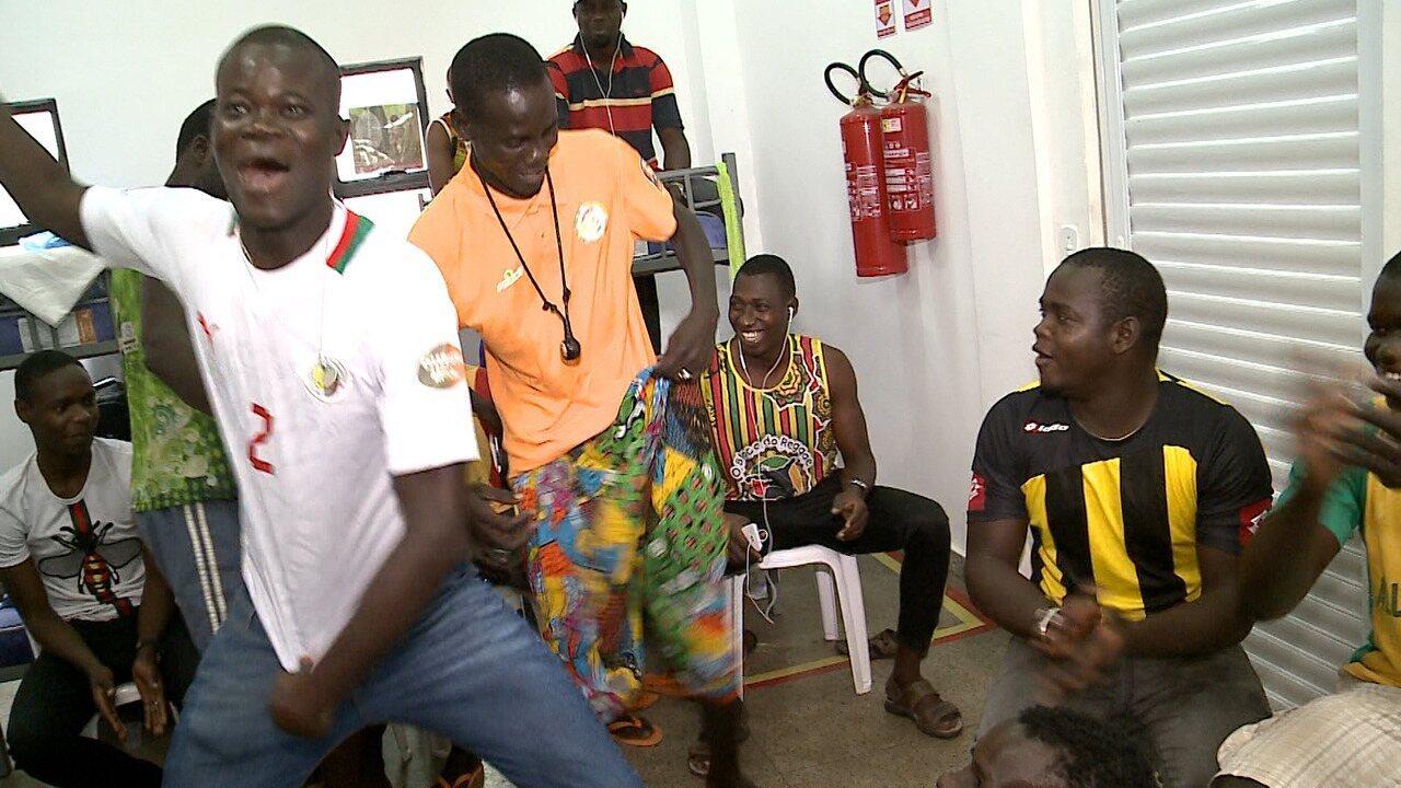 Imigrantes senegaleses dançam com a vitória da seleção contra a Polônia na Copa da Rússia