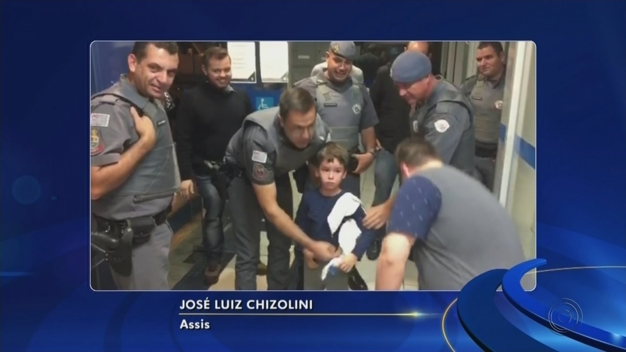 Menino de 5 anos fica preso dentro de agência bancária após porta giratória travar