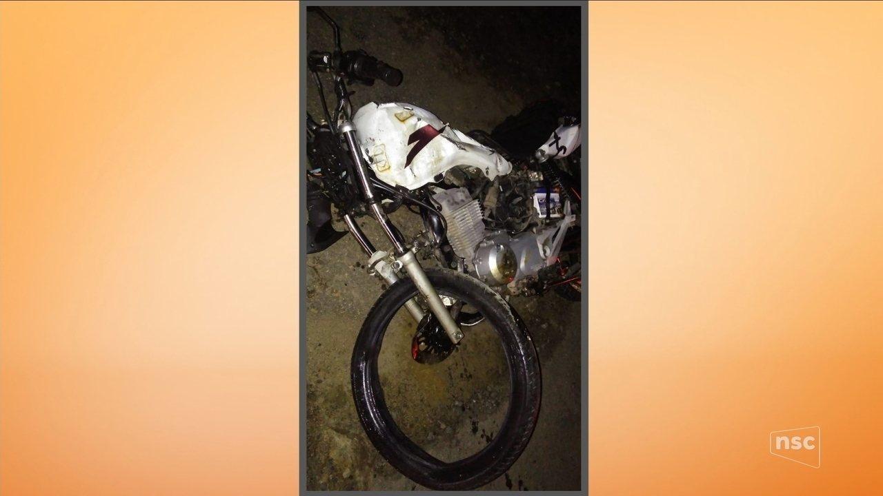 Dois homens morrem em acidente entre carro e moto na BR-470