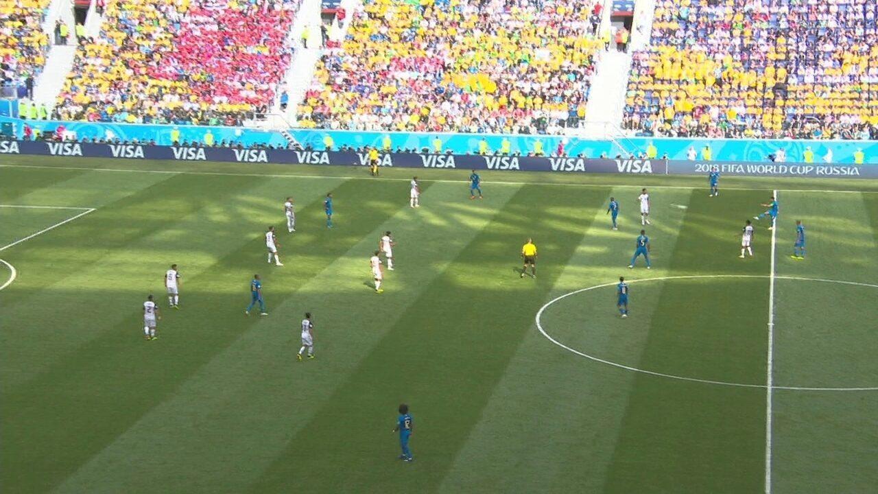 Thiago Silva devolva a bola para a Costa Rica como fair play aos 38 do 2º tempo