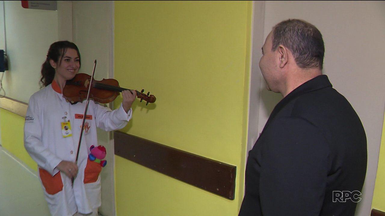 Som do violino dá conforto a pacientes de hospital de Curitiba