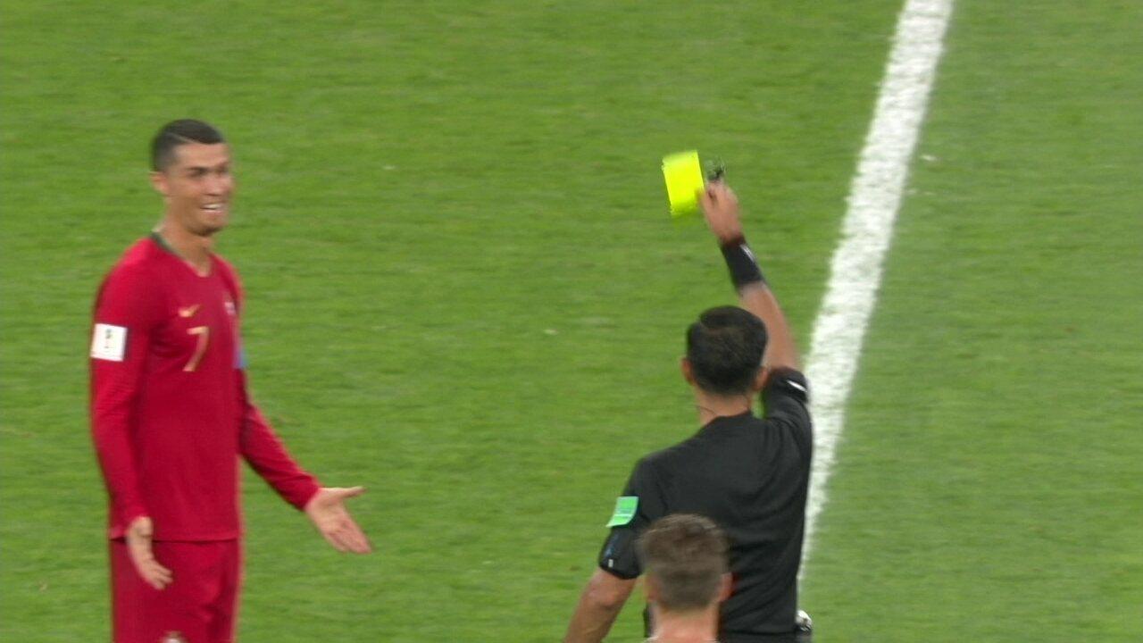 Jogadores do Irã pedem expulsão de Cristiano Ronaldo, juiz vai ao VAR, mas dá amarelo
