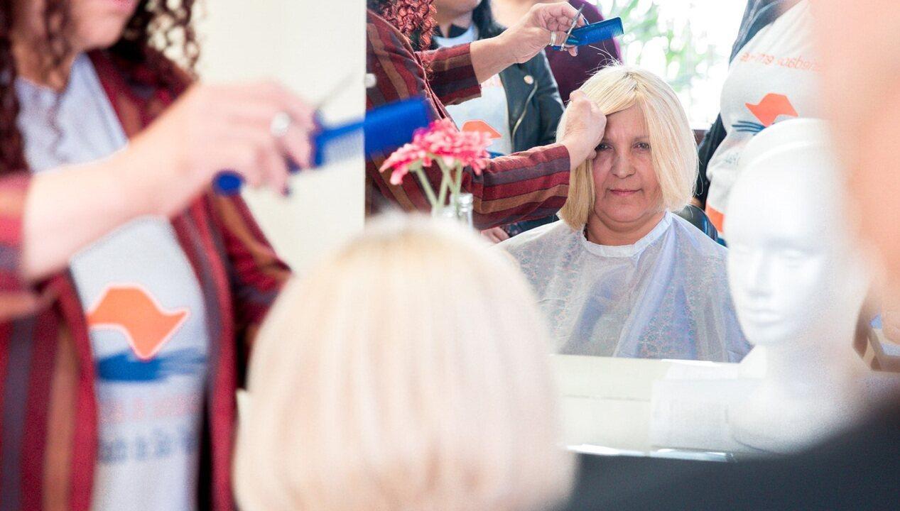 Resultado de imagem para Curso gratuito ensina a produzir perucas que são doadas a pacientes com câncer
