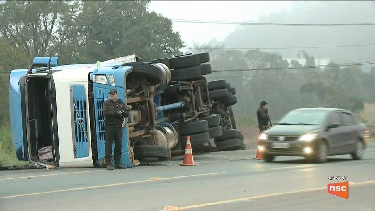 Carreta tombada na BR-470 complica trânsito na região