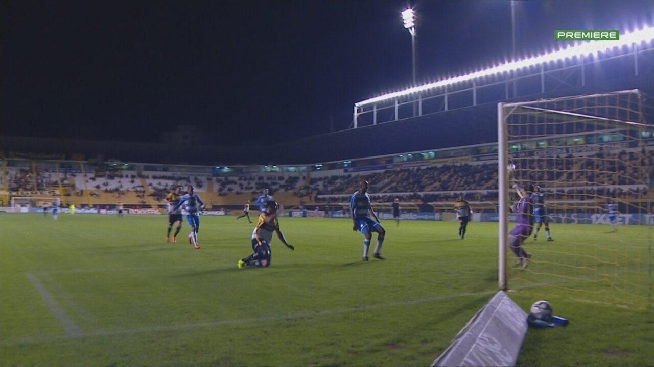 Rodrigo Viana mostra reflexo em cabeçada de Zé Carlos em partida do São Bento contra o Criciúma na Série B