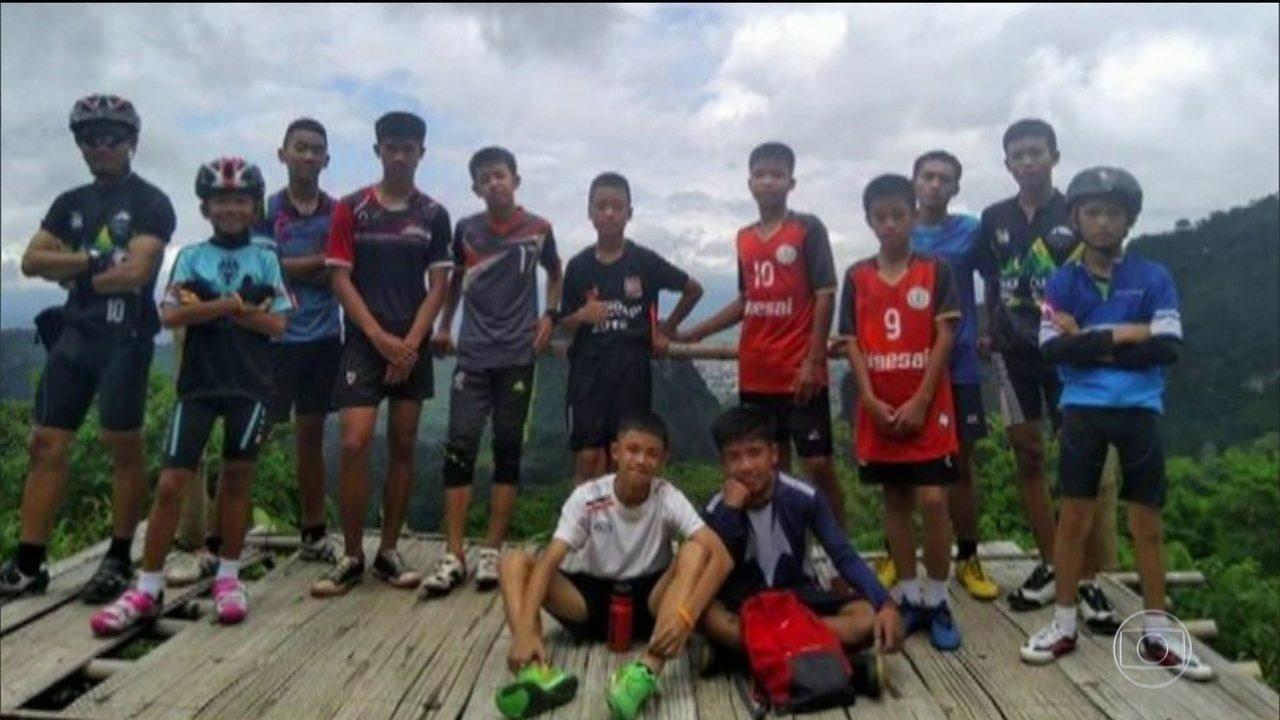 Equipes tentam encontrar a melhor maneira de salvar meninos, em caverna da Tailândia