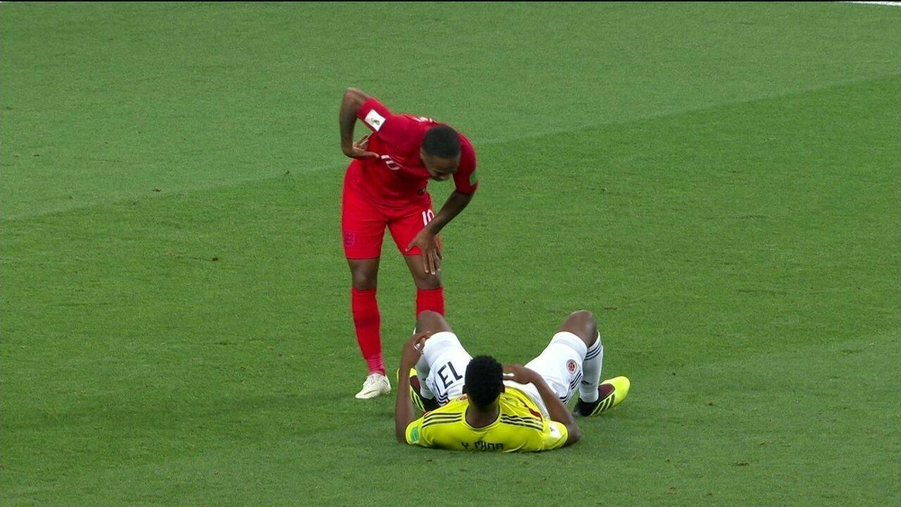 Kane chuta para fora, e Mina se embola com Sterling na área aos 45 do 1º tempo