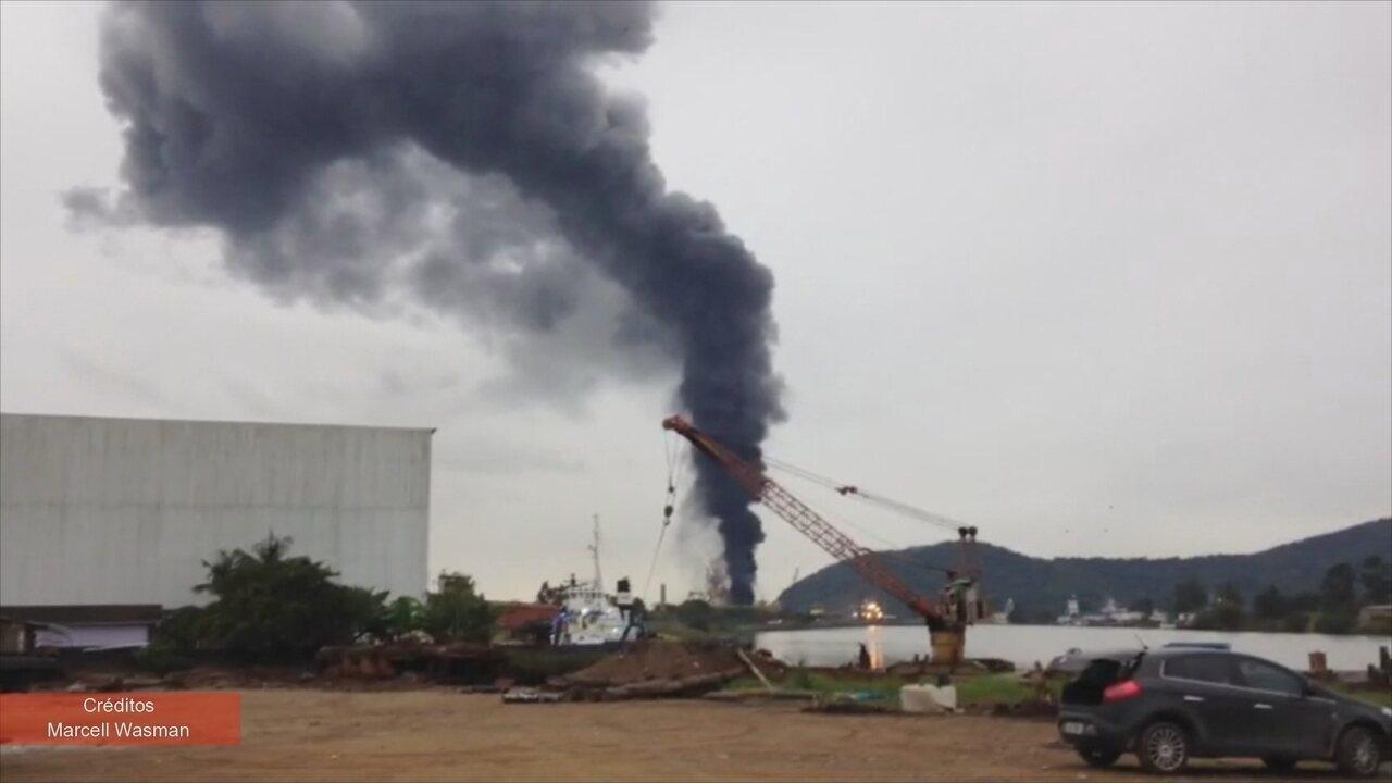 Incêndio atinge empresa de Itajaí e fumaça é vista de longe por moradores
