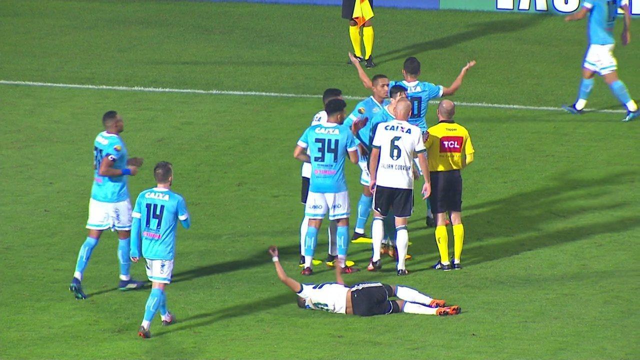 Pediu VAR? Gesto de Pedro Carmona em jogo entre Coritiba e Paysandu chama atenção