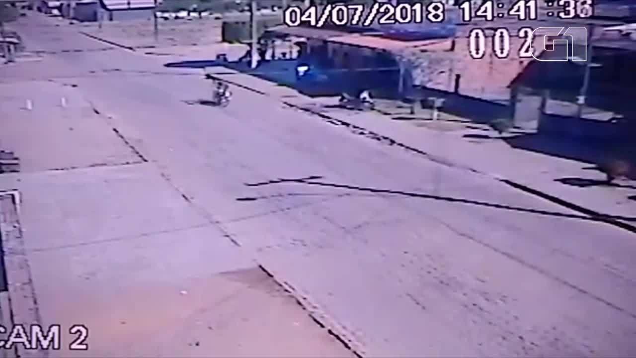 Jovem inabilitado morre após perder controle de moto e cair em rua; VÍDEO