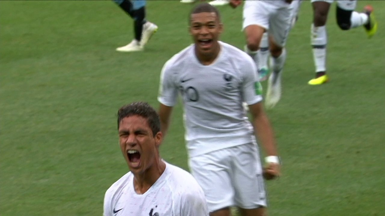 Gol da França! Varane sobe bem e marca de cabeça aos 39 do 1º tempo
