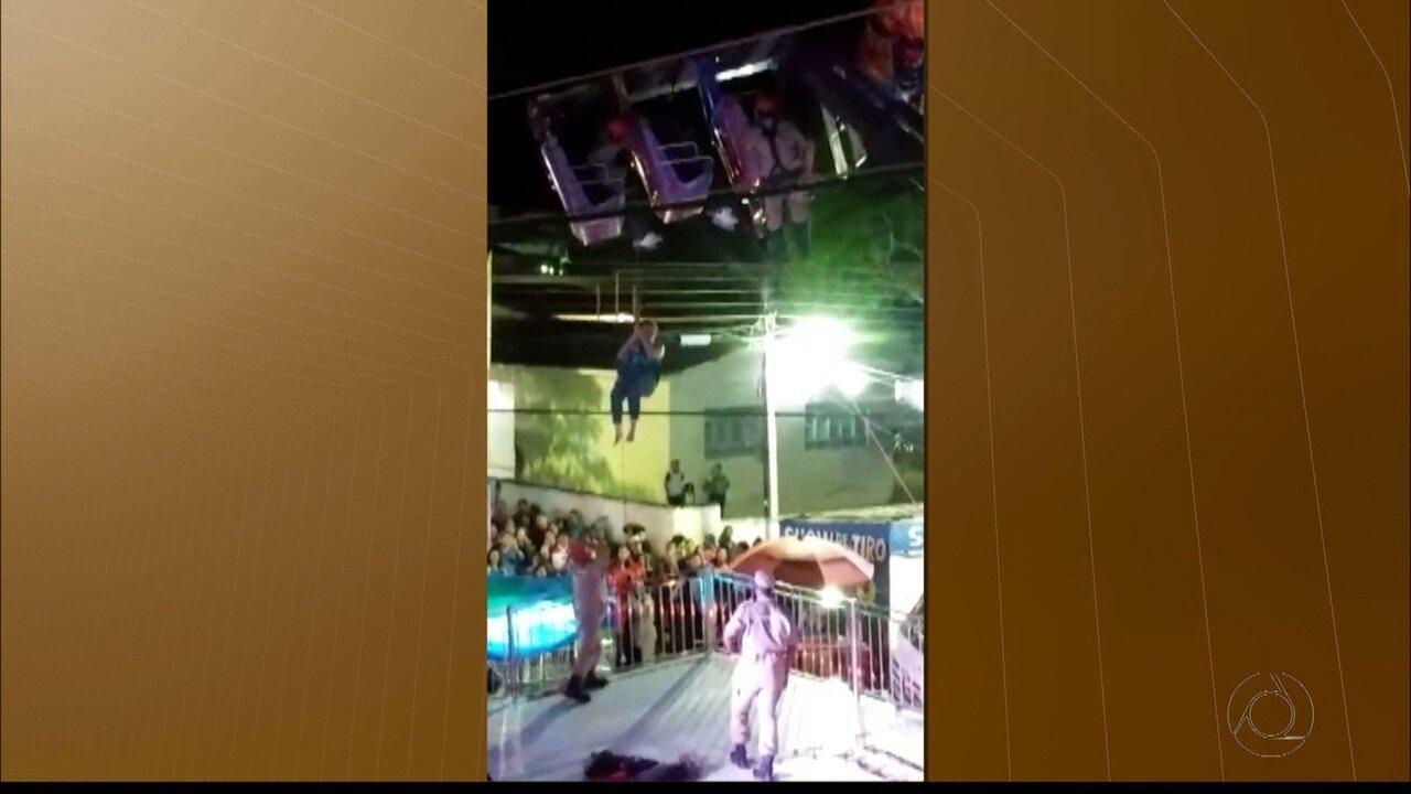 Vídeo mostra resgate de pessoas presas em brinquedo de parque de diversões na PB