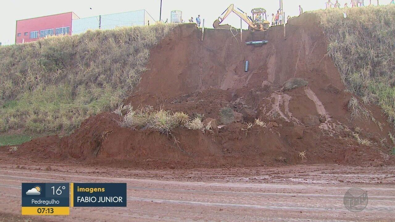 Desmoronamento de terra congestiona a Rodovia Cândido Portinari em Brodowski, SP
