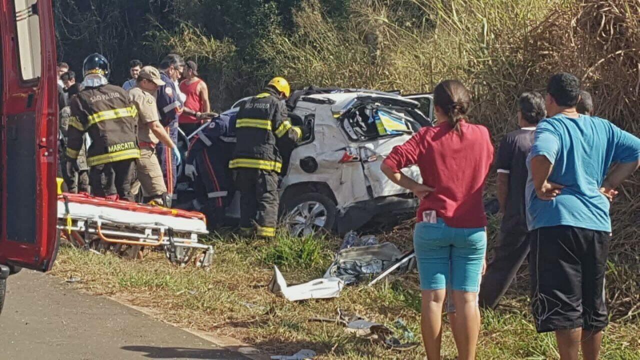 Colisão entre carro e caminhão deixa quatro feridos na SP-225 em Pirassununga
