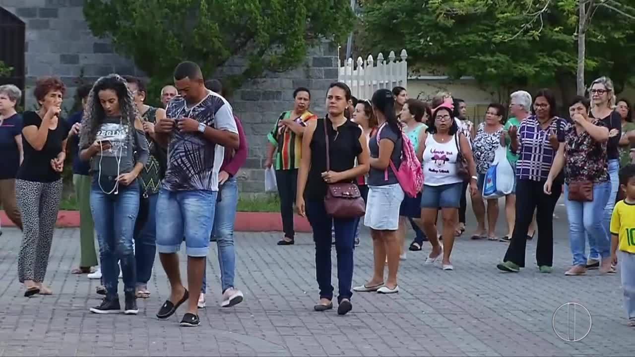 Servidores ativos e inativos de Cachoeiras de Macacu, RJ, protestam contra atraso salarial