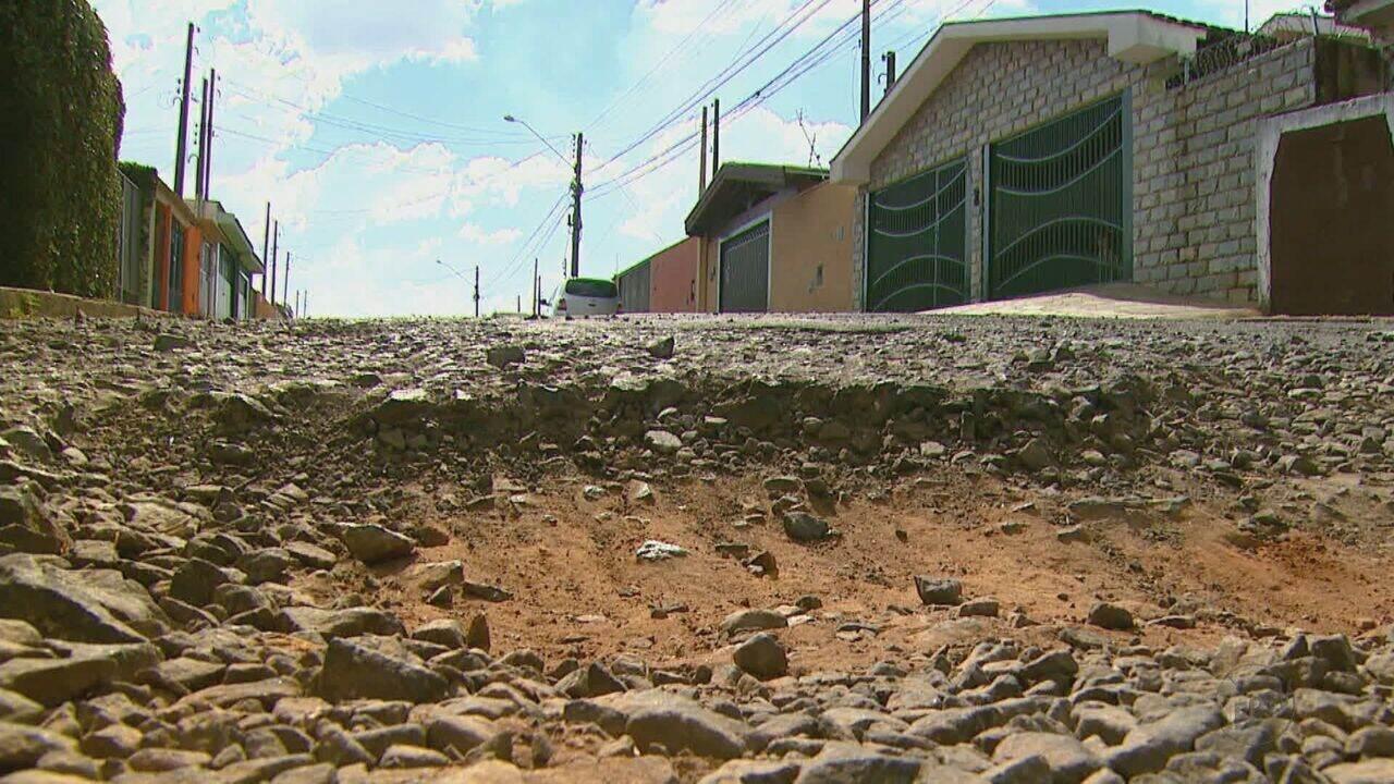 Operação tapa-buracos completa 1 ano, mas reclamações continuam em São Carlos, SP