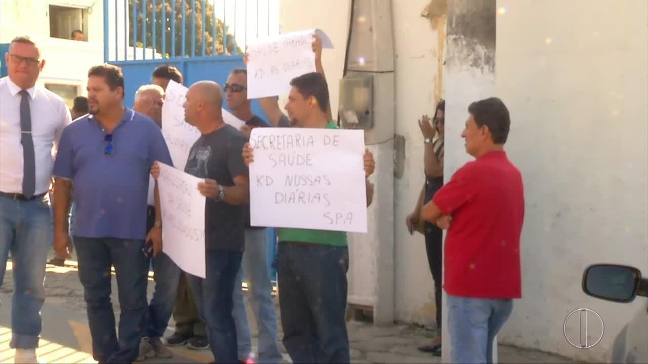 Motoristas de ambulância em São Pedro da Aldeia, RJ, protestam contra atraso no salário