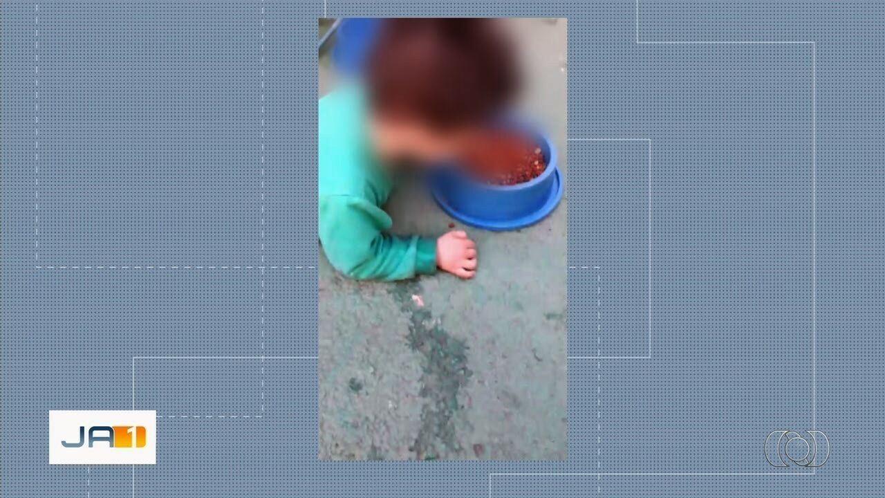 Menino deficiente filmado comendo ração de cachorro passa a morar com o pai, em Trindade