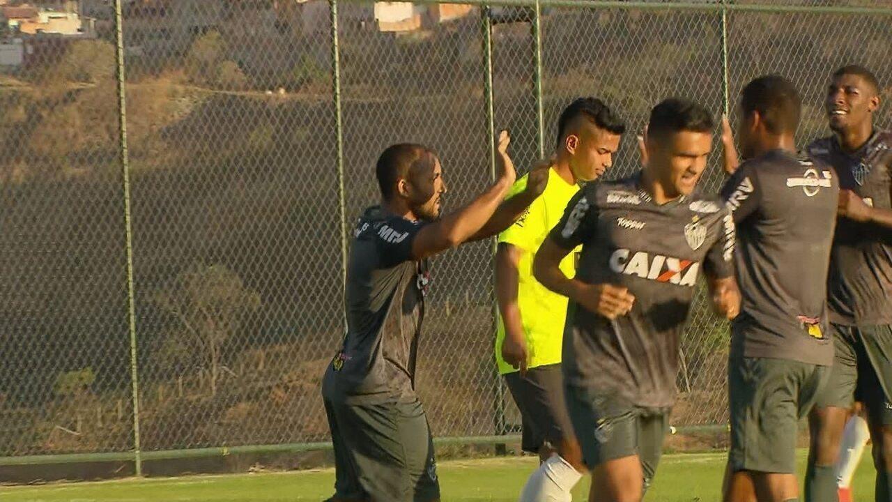 Gol do Galo! Após rebatida na área, Edinho fica com a sobra e amplia para o Atlético-MG