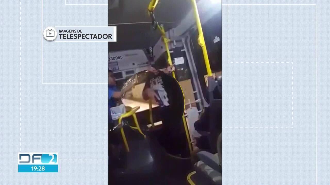 Homens armados se identificam como policiais e invadem ônibus em Taguatinga