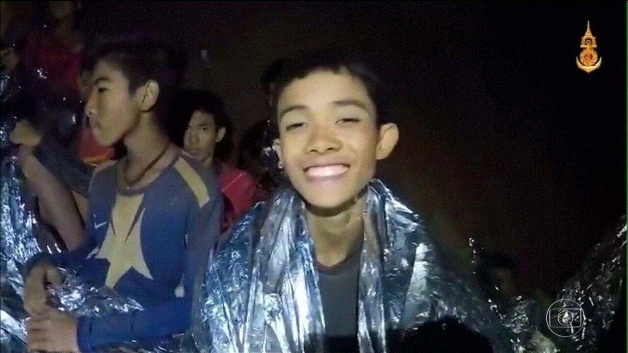 Garotos resgatados em caverna da Tailândia passam bem