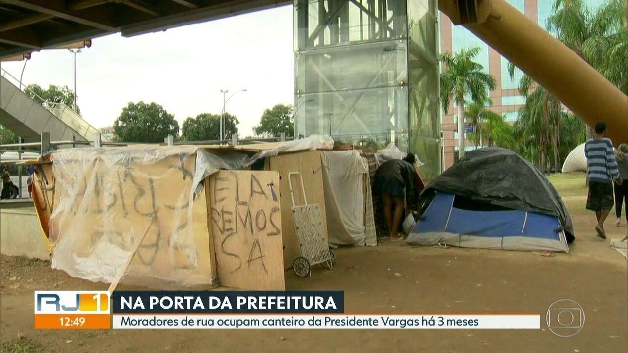 Moradores de rua estão há 3 meses acampados na Presidente Vargas, em frente à prefeitura